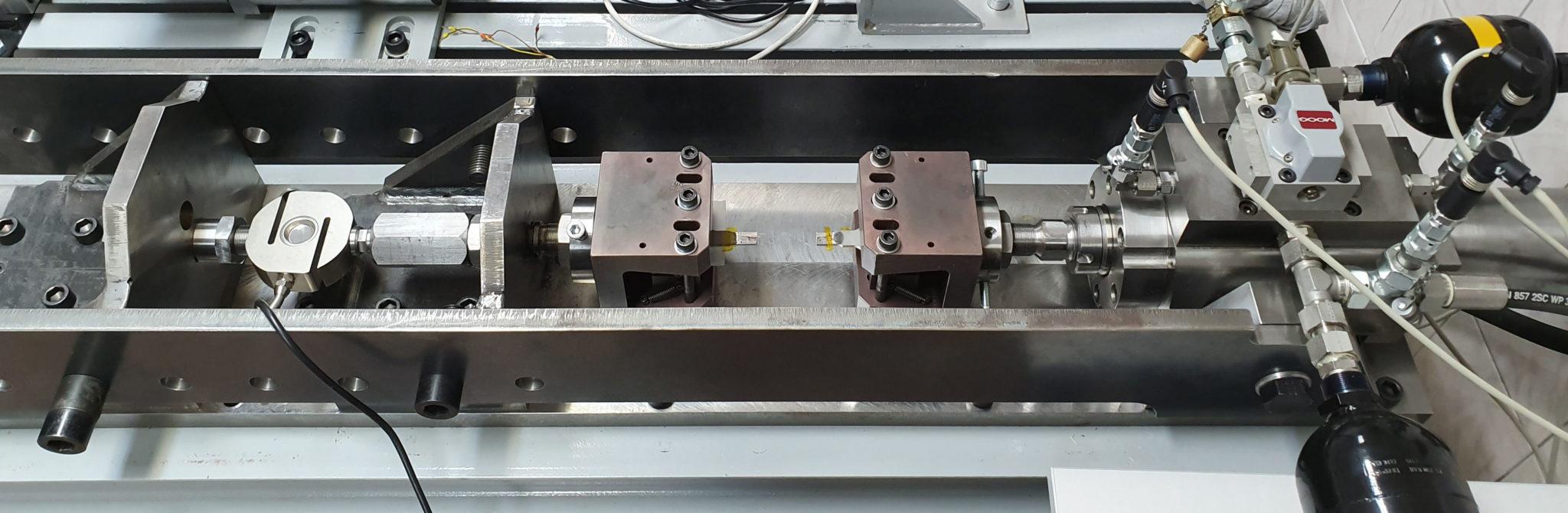 Razvoj servohidravličnega pogona na področju mehanike loma